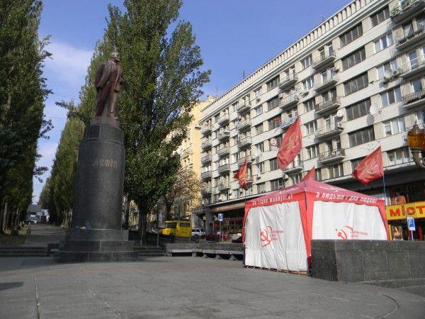Украинские круглосуточно охраняют памятник Ленину