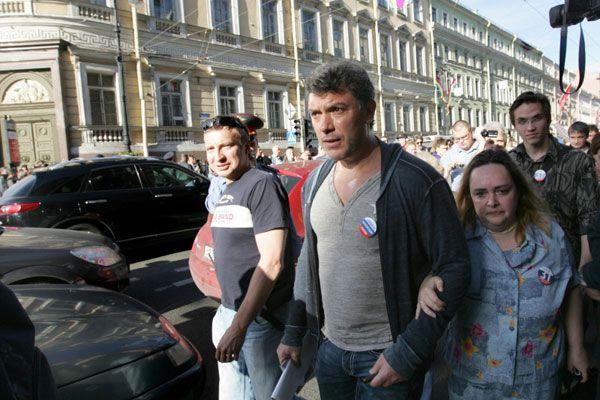Либералы Борис Немцов и Ольга Курносова идут по Невскому проспекту