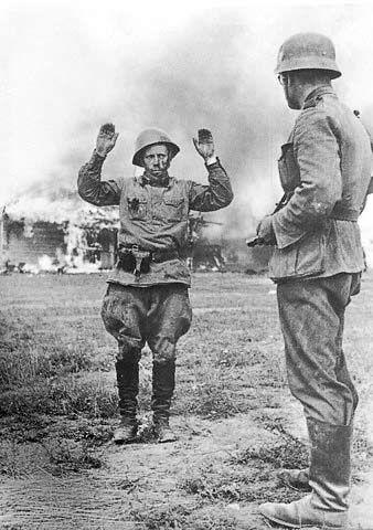 В мае 1942 года под Харьковом попали в окружение и перестали существовать сразу несколько советских армий (6-я, 9-я, 57-я и «группа генерала Бобкина»). Берлинская сводка сообщила о пленении 240 000 человек