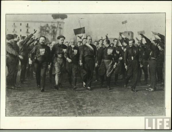 Муссолини во главе фронтовиков-чернорубашечников