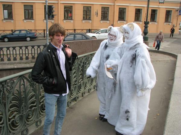 Акция защитников белого медведя у Русского географического общества в Санкт-Петербурге