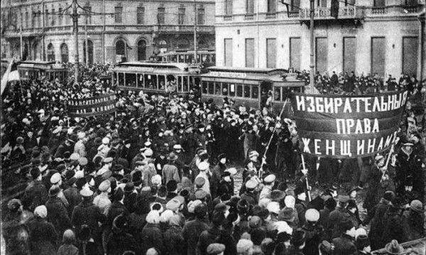 Демонстрация женщин на улицах революционного Петрограда