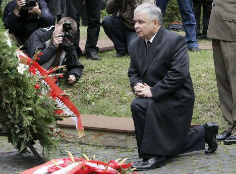 Ярослав Качиньский отдаёт дань памяти брату