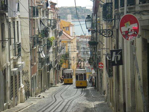 Лиссабон принадлежит к числу старинных городов нашей планеты. Первые поселения на месте современной столицы Португалии возникли ещё в XIII веке до н. э., они принадлежали финикийским племенам