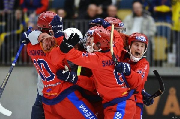 Когда наша сборная по хоккею с мячом выигрывает очередной чемпионат мира, в СМИ появляется небольшой шум: мы, русские опять лучше всех, опять впереди, а потом хоккей с мячом вновь уходит в тень других, более «народных», состязаний
