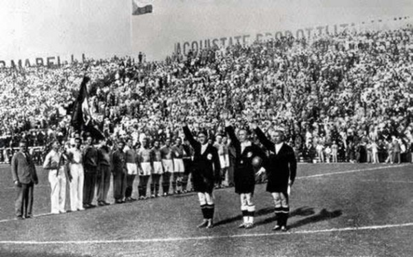 Муссолини требовал, чтобы все партийные собрания и форумы сопровождались занятием физкультурой / На фото: начало футбольного матча в фашистской Италии