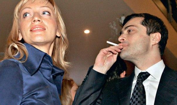 Владислав Сурков мог бы полностью отказаться от своего годового заработка в 4,59 миллиона рублей, так как благодаря доходам его жены, Натальи Дубовицкой (на фото справа), семейный бюджет Сурковых в 2010 году пополнился на 85 миллионов