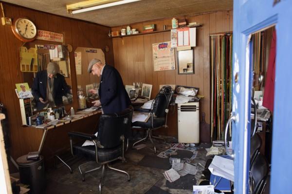 89-летний Аарон Бибер оценивает ущерб, нанесенный его парикмахерскому салону после беспорядков в Тоттенхэме. (Dan Kitwood/Getty Images)