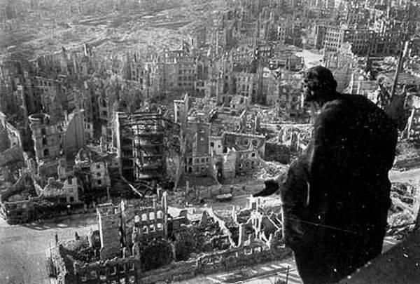 13-15 февраля 1945 года англо-американская авиация полностью разбомбила Дрезден