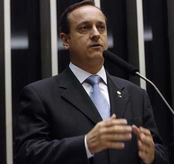 Карлош Эдуардо Виейра да Кунья уже 30 лет участвует в политической деятельности своей страны в качестве активиста Демократической трабальисткой (лейбористской) партии (ДТП)