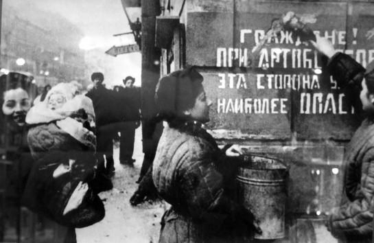 Ленинград — это не просто территория. Это символ. Город — это не сумма зданий, как и здания — это не сумма кирпичей и плит. Город — это миф, идея, тотальность, целое. Город — это единство его истории: прошлого, настоящего и будущего. Город — это гештальт, включённый в гештальт страны, нации, государства / Ликующий Ленинград. Блокада снята, январь 1944 года