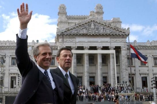 Табаре Васкес (с поднятой рукой) — лидер СПУ и первый президент Уругвая от Широкого фронта