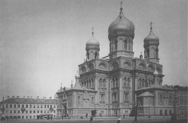 на месте топи, которое называли Козьим болотом, стоял великолепный храм Храм Воскресения Христа, построенный в 1851 году ведущими русскими архитекторами XIX века