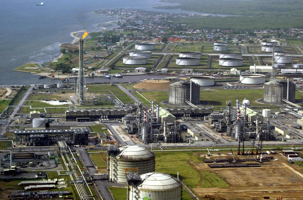 """Нефтяной и газовый терминалы компании """"Royal Dutch Shell"""" на острове Бонни (Pius Utomi Ekpei/AFP)"""