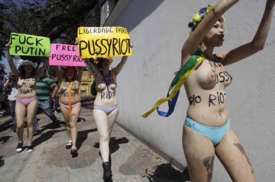Неумная выходка «бешеных кисок», к которой большинство населения страны отнеслось сугубо отрицательно, вызвала бурю восторга у левацких модников