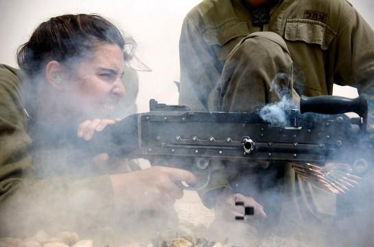 Принцип всеобщности означает, что воинская повинность распространяется на каждого совершеннолетнего члена общества. Азам военного искусства должны целенаправленно обучаться как мужчины, так и женщины / На фото: инструктор упражняется в стрельбе из пулемета. Сегодня для женщин доступно 90% должностей в израильской армии. Каракаль – объединенное подразделение, действующее у южной границы страны. Женщины могут служить, помимо прочего, в кинологический, танковых и артиллерийских подразделениях. В 2006-м во время Второй ливанской войны женщины участвовали в боевых действиях на равне с мужчинами впервые с 1948 года (Photo by Israel Defense Forces)