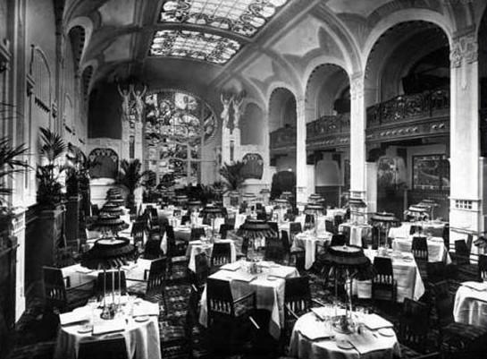 Дорогие петербургские рестораны работали до 3 часов ночи. Часов 8-9 начинал играть оркестр: румынский или венгерский. Ближе к ночи появлялись цыгане.