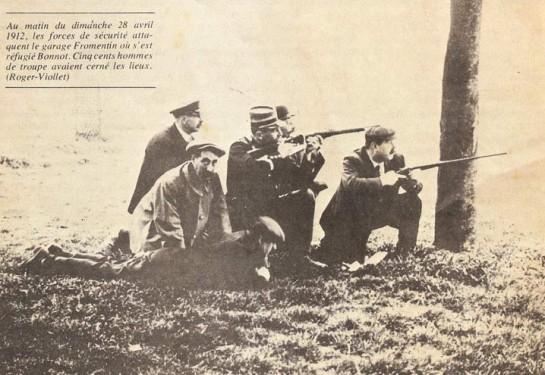 Бонно несколько часов отстреливался из пяти револьверов от целой армии, включавшей колониальных стрелков — зуавов — с пулемётом «Гочкисс». Пули не брали его: он выскакивал на крыльцо с хохотом, осыпая «фликов» оскорблениями