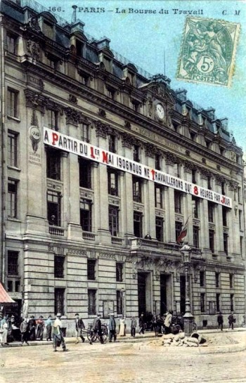 """""""Пролетариат всё более и более уходит в свои синдикаты, свои федерации синдикатов, в свои биржи труда и свои кооперации, стараясь ничего не заимствовать извне и надеясь только на свои собственные силы"""". На фото: Парижская биржа труда, 1906 г."""
