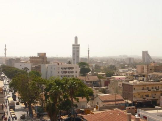 Сегодня бывшая столица Французской Западной Африки насчитывает немногим более 3 миллионов человек, а Дакарский регион – 3 млн 215 тысяч жителей. Город, в котором в середине прошлого столетия проживали менее 135 тысяч жителей, растёт грандиозными темпами и считается одним из самых перенаселённых в Африке