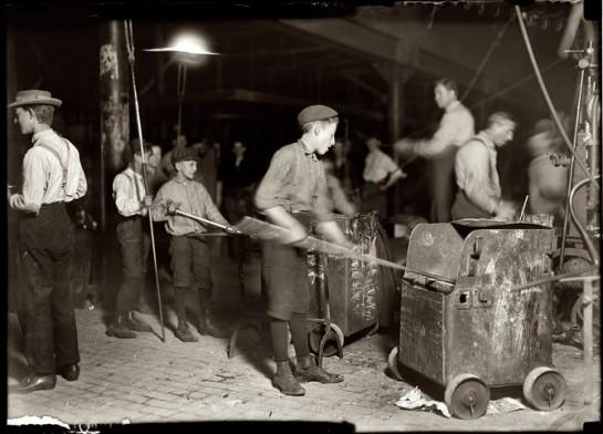 """""""Современные мастерские стали идеальными исправительными домами, куда заключают рабочих, где они обречены на каторжный труд по 12 и 14 часов в сутки, не только мужчины, но женщины и дети!"""""""