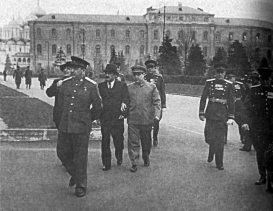 Сталин в сопровождении Берии, Микояна, Маленкова, Жукова