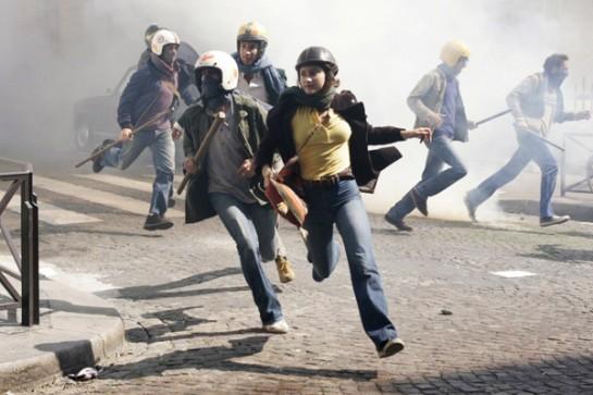 Начальные сцены, воспроизводящие столкновения спецназа и активистов в 1971 году, жёсткие и страшно волнующие, заставляют затаить дыхание