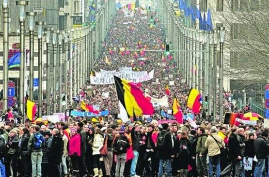 Демонстрация в Брюсселе с требованием к политикам дать стране новое правительство (сентябрь 2011 года). Правительственный кризис в Бельгии длился полтора года, когда Бельгия жила без правительства