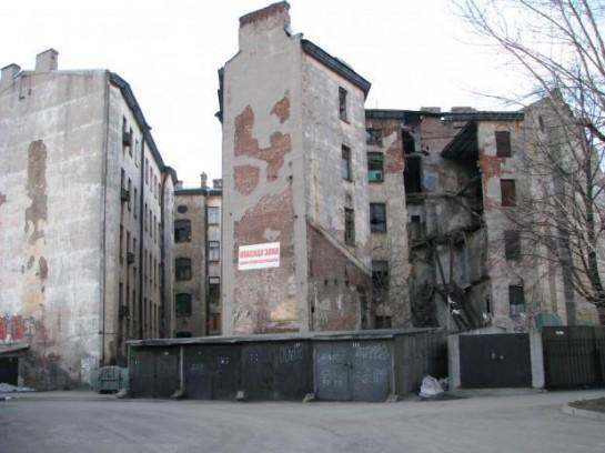 В 2009-м у здания по Дегтярному, 26, обрушилась дворовая часть. Жильцов дома расселили