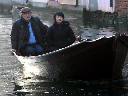огда у Ли выдался выходной, Бепи покатал её на своём баркасе по морю, а затем отвёз в своей рыбацкий домик, установленный на сваях в лагуне