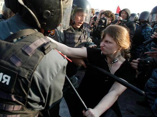 Что, если бы год назад события на Болотной развернулись несколько иначе?  Что если бы год назад сопротивление полиции стало не уделом нескольких смельчаков или же провокаторов, а приобрело более массовый характер?