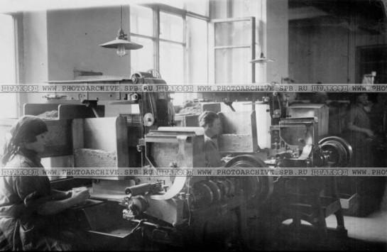 Работницы набивного цеха табачной фабрики имени Урицкого