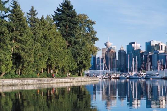 В актив экологической политики местных властей можно записать и то, что с конца 2000-х годов заметно выросли муниципальные инвестиции в развитие ванкуверских парков. Надо отметить, что городские парки (Стэнли, королевы Елизаветы, Ботанический сад Ван Дусена)  известны далеко за пределами Ванкувера и заслуженно пользуются любовью местных жителей