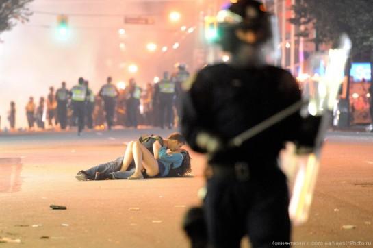 """захлестнула волна погромов после поражения «Ванкувер Кэнэкс» в решающем седьмом матче финальной серии Кубка Стэнли 15 июня 2011 года. """"Кровь на наших улицах. Я видел людей, лежащих на земле, в крови. Повсюду битое стекло. Полицейские машины в огне. Главные мосты перекрыты, чтобы не допустить проникновения толп в центр города. Движение парализовано, выезды забиты. Из пригорода прибывают новые подразделения полиции и пожарных, но снова слишком поздно. Я пишу эти строки на закате. Ванкувер, какой позор"""" - записал актёр Брайан Хатчинсон"""
