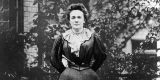 Рабочие женщины, доказывала Клара Цеткин, бок о бок с рабочими мужчинами должны бороться с порабощающим их капитализмом, а не выстраивать «общий фронт» с феминистками в борьбе против «мужской власти». Буржуазных женщин она называла «паразитами паразитов на теле общества»
