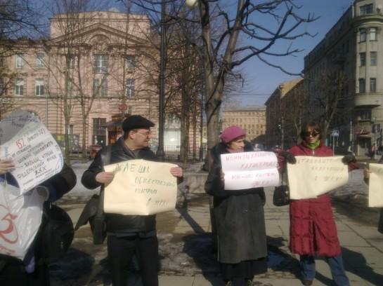Движение гражданских инициатив (ДГИ) организовало 10 апреля 2013 года в Санкт-Петербурге пикет против коррупции в системе жилищно-коммунального хозяйства