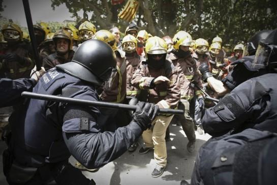 В Барселоне произошли стычки полиции с протестующими пожарными