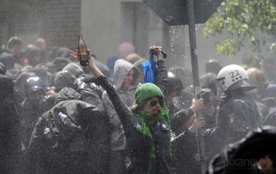 Если Европа всё же отдаст концы, освободив жизненное пространство для более активных и агрессивных людей Востока, то большинству европейских леваков можно будет повесить по медали «Почётного могильщика», На фото: стычки ультралевых с полицией в Гамбурге