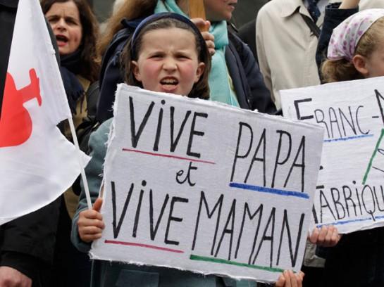 На знамёнах, которые держат участники демонстраций против закона «Брак для всех», написано не «Долой геев и лесбиянок!», а «мама» и «папа». Люди возмущены тем, что им запрещают быть отцами и матерями, а их детям – иметь матерей и отцов