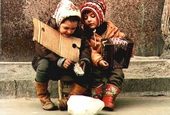 С трудом решающая свои собственные экономические проблемы Украина думает о благополучии своих граждан – закарпатских цыган в самую последнюю очередь/Цыганские дети в Киеве (Фото С. Супинский)