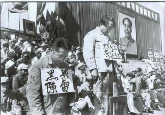 """Лозунги, под которыми проводилась китайская культурная революция, действительно могли создать иллюзию борьбы против бюрократии и буржуазии: «Нужно взяться """"за стоящих у власти"""" коммунистов, стоящих у власти """"больших вождей"""" и за тех, кто идет с ними, — говорил Мао Цзэ-Дун. — Не надо фиксировать внимание на том, кем ты был раньше, гоминьдановцем или коммунистом. Сейчас ты власть!»"""
