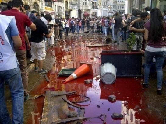 939 человек задержаны в Турции с пятницы в результате столкновения полиции с демонстрантами, сообщает Reuters со ссылкой на главу МВД страны Муаммера Гюлера. По данным медиков, около 1000 человек в Стамбуле получили ранения