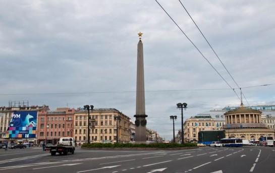 Обелиск — главная архитектурная доминанта площади, сразу же настраивает на торжественный лад, пробуждает множество воспоминаний и размышлений