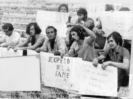 """Анархиста Пьетро Вальпреда (в центре) обвинили в совершении террористического акта в миланском Сельскохозяйственном банке. На плакате написано: """"Бастуем из-за голода"""""""