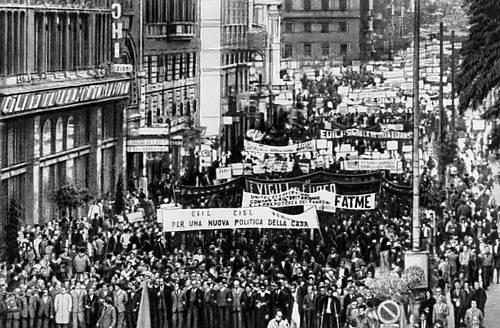 1969 год в Италии ознаменовался высокого накала забастовочной борьбой. На фото: майская демонстрация 1969 года в Риме во время всеобщей забастовки