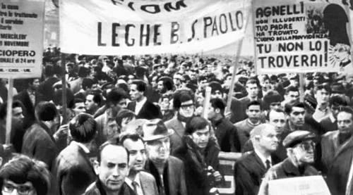 По свидетельствам, которые приводит британский историк Джек Уоддис, в Италии в результате забастовочныx боёв было потеряно 300 млн рабочиx часов в 1969-м и 150 млн часов в 1970-м. На фото: рабочая демонстрация в Турине в 1969-м