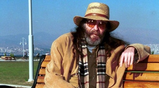 Джем Караджа (1945-2004) стал одним из первых турецких рокеров, получивших всенародную любовь и известность за пределами Турции. Как и многие его ровесники, Караджа активно поддерживал студенческое протестное движение, критиковал милитаристские режимы турецких генералов