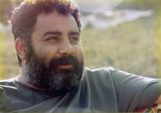 Курд по происхождению, Ахмет Кая в 1990-е годы был, наверное, самым популярным турецким неформатным исполнителем. В родной Турции его песни запрещались. Ведь Кая не только затрагивал социальную тематику – он осмеливался открыто говорить о курдском вопросе, выступать на фоне флага курдских партизан