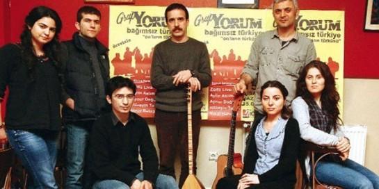 """""""Grup Yorum"""" поёт песни практически на всех языках Турции – турецком, курдском, лазском, черкесском, арабском, подчеркивая свой интернационализм и единство многонационального народа страны"""