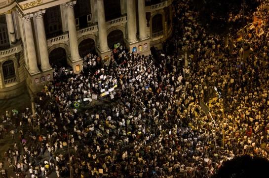 Протест вспыхнул из-за повышения стоимости проезда на автобусах и в метро — с 3 до 3,2 реала (разница составляет примерно три рубля). Особенно бразильцев возмутило то, что, несмотря на рост тарифов, общественный транспорт по-прежнему остается переполненным (© AP Photo/Felipe Dana)